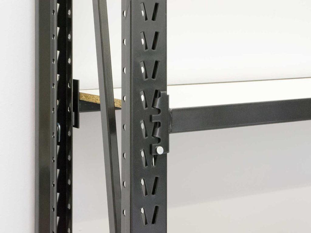 Die waagerechten Traversen werden einfach eingehängt und mit Stiften fixiert. Auf ihnen liegen selbst lange Fachböden sicher auf, ohne durchzuhängen.