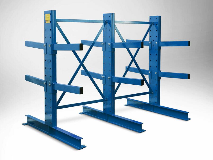 Über die Standardabmessungen hinaus kann das Regal auf Anfrage individuell angepasst werden, hier z. B. mit kurzen Ständern und kurzen Kragarmen, mit reduzierter Achsweite (1 m statt 1,50 m), das Ganze in Sonderfarbe RAL 5010 enzianblau.
