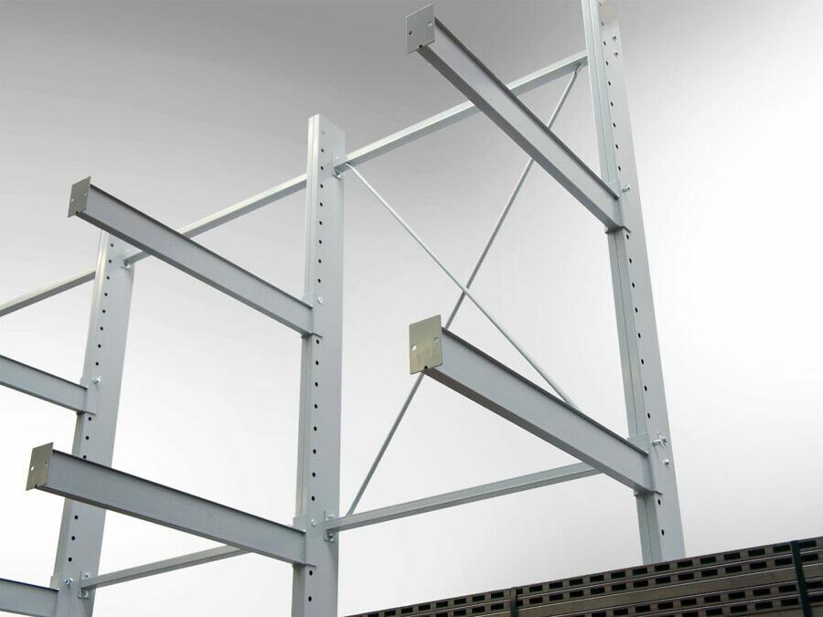 Das tragfähige Ständerprofil mit 100 mm-Lochraster besteht aus mehrfach gefalztem, 3 mm starkem Stahl (doppelseitige Ausführung: 4 mm). Vorgefertigte Kreuzverbände verstärken die Konstruktion (Standardweite: 1,50 m).