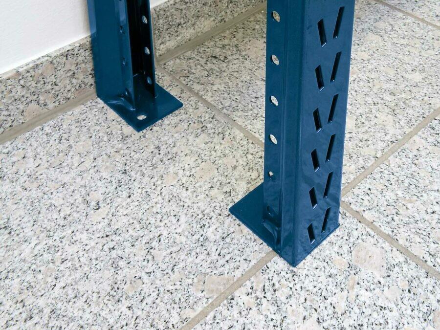 Sicherheit: Die Seitenteile sind für Wand- und Bodenbefestigung vorbereitet