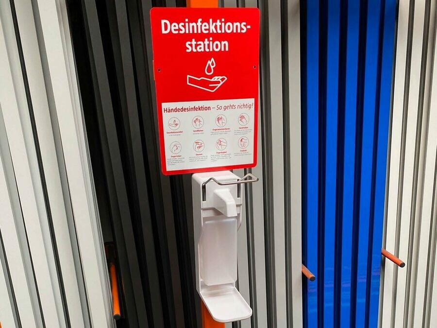 Desinfektionsständer Infoschild und Pumpstation